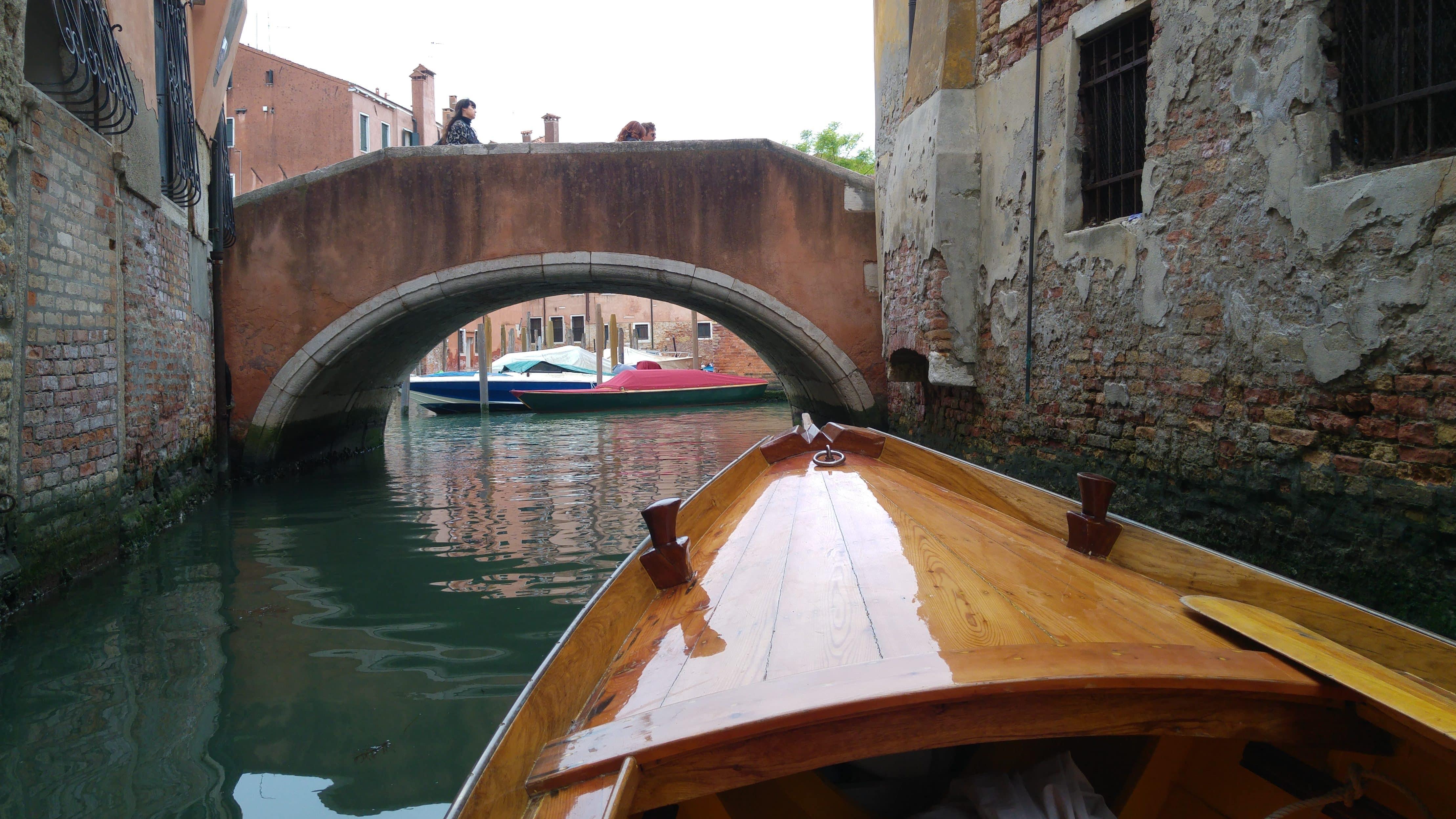 vogare tra i canali deserti della città di venezia in barca
