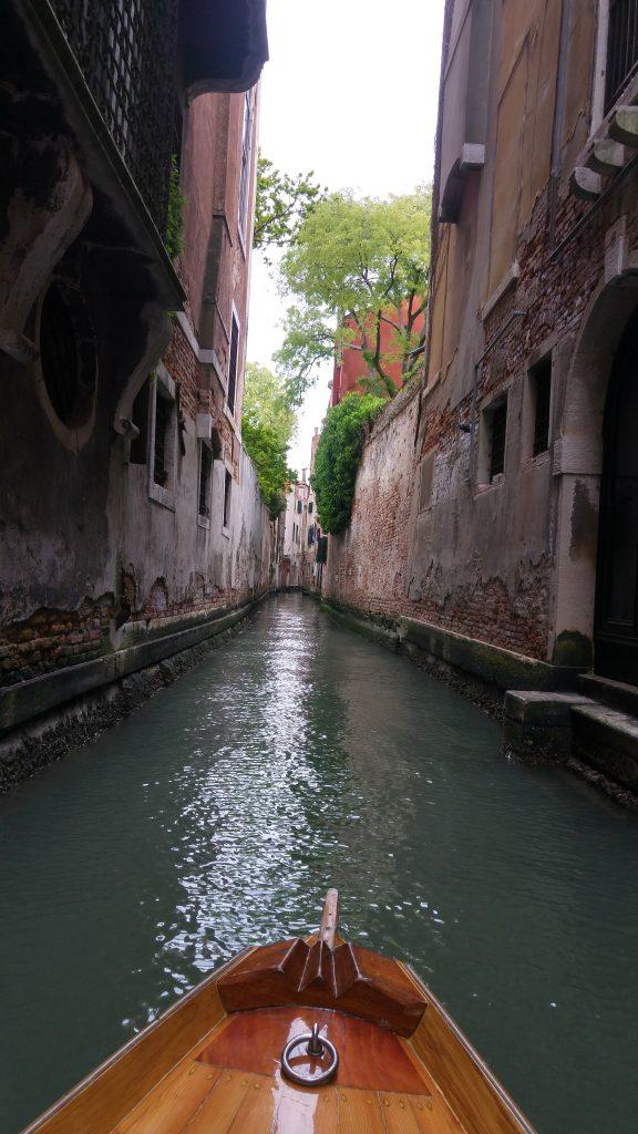 Vogando tra i canali silenziosi di Venezia