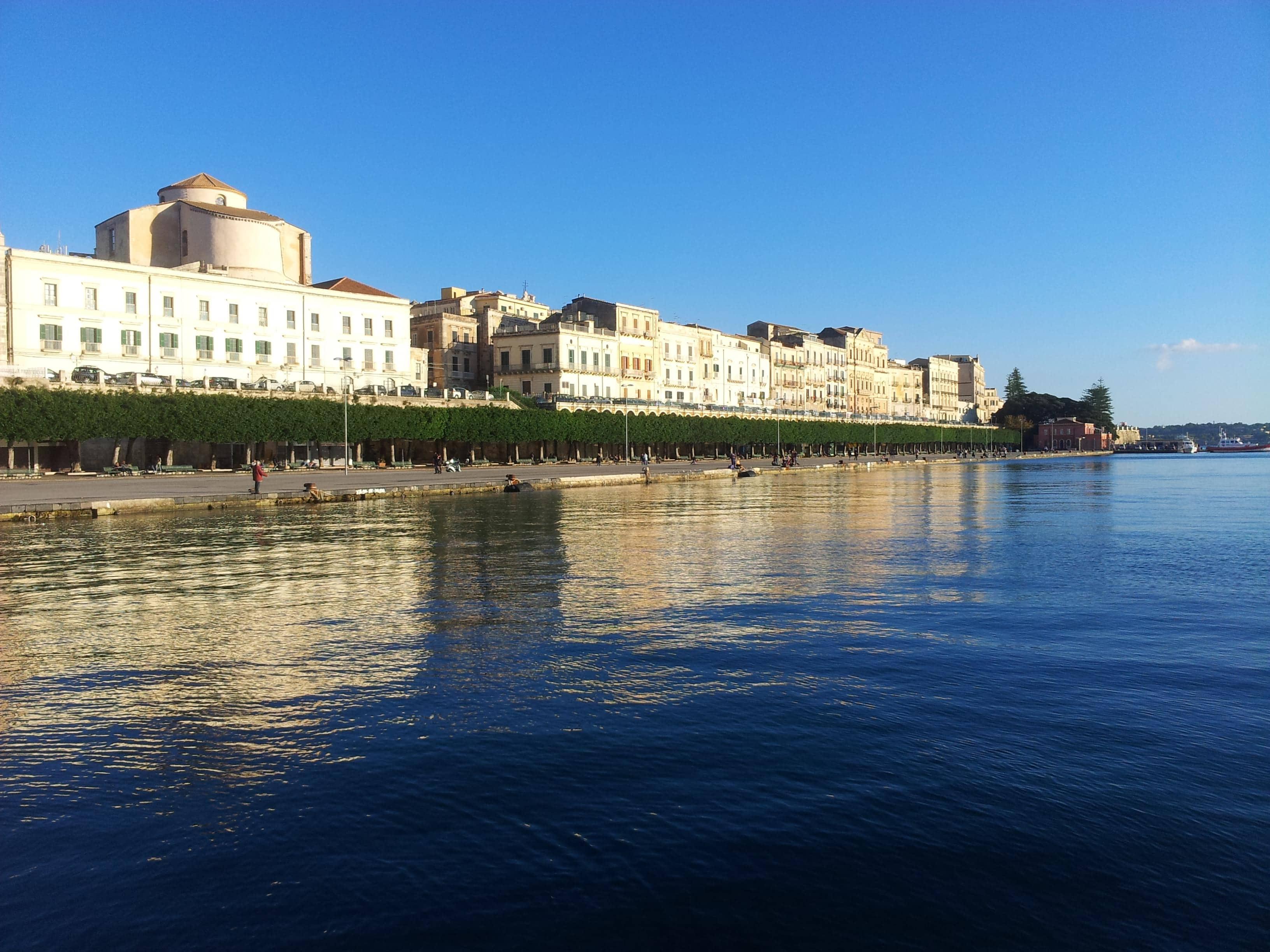 la marina di siracusa, con lungomare per il passeggio