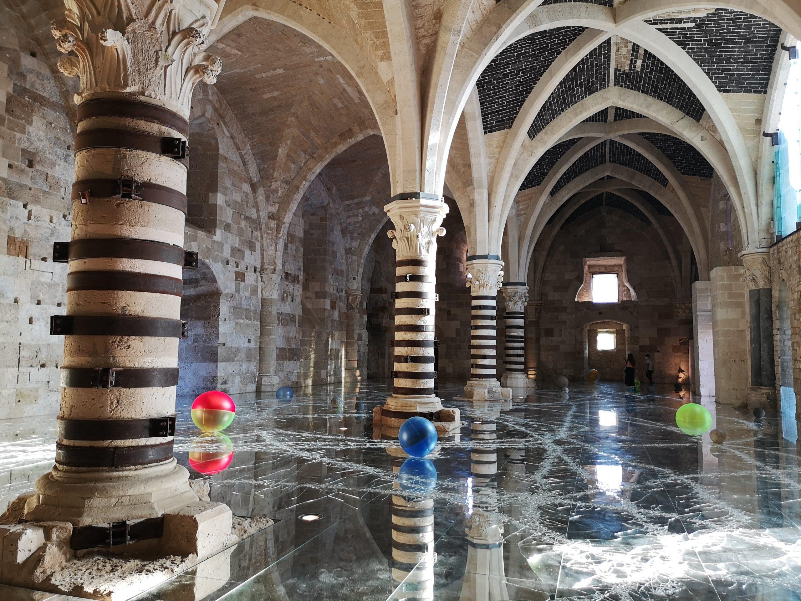 Sala interna con colonne e archi del castello Maniace di Siracusa