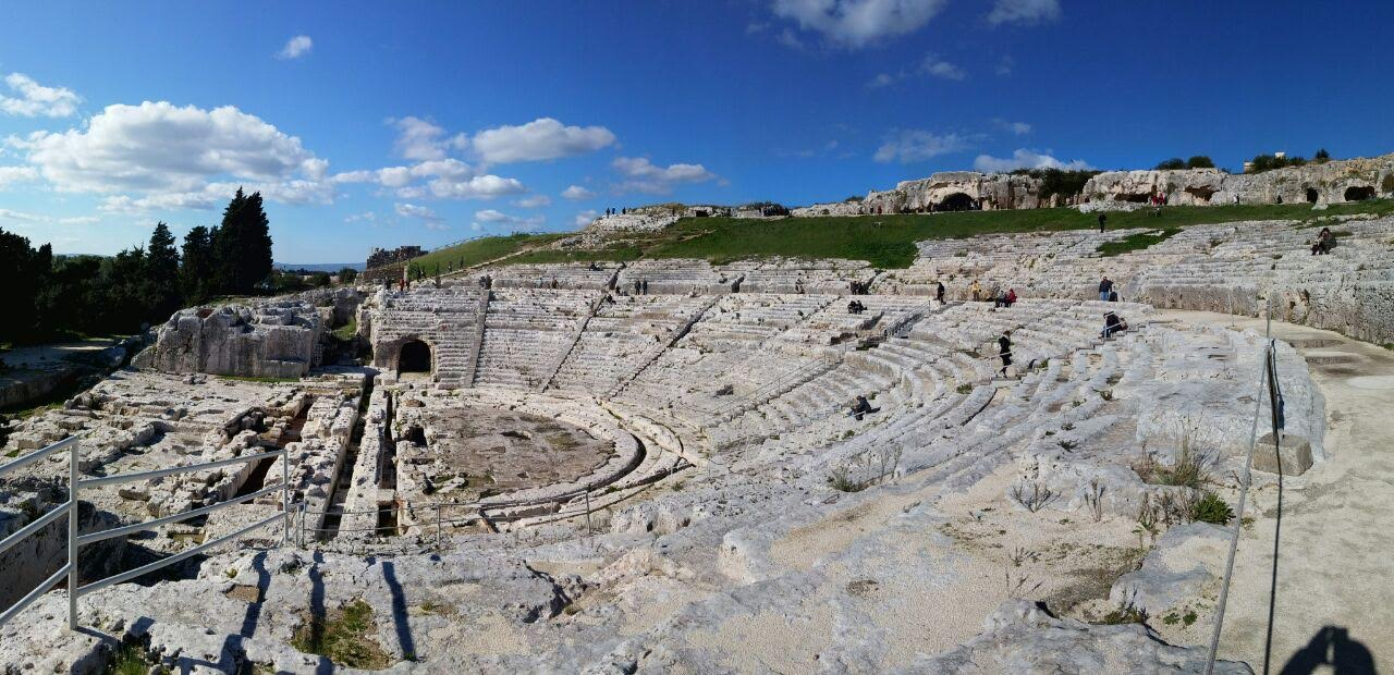 teatro greco a siracusa panorama dei gradini scavati nella roccia