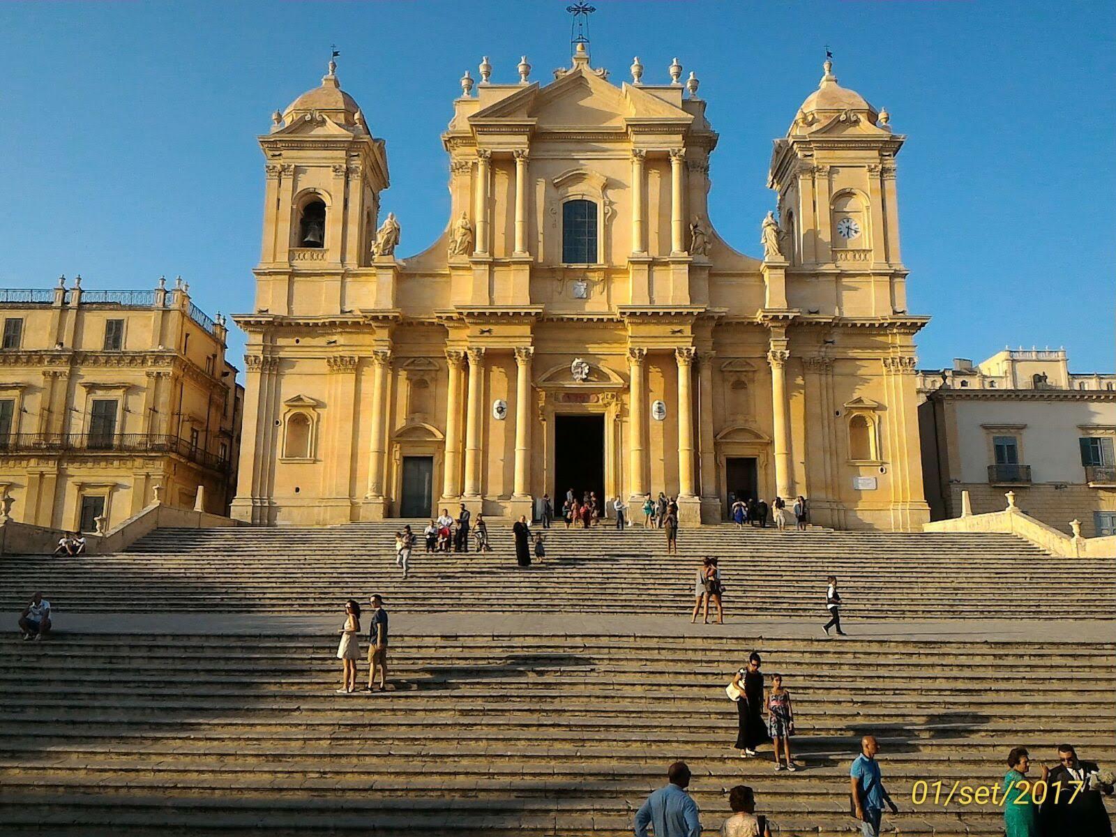 chiesa illuminata dal sole noto scalinata principale, sicilia