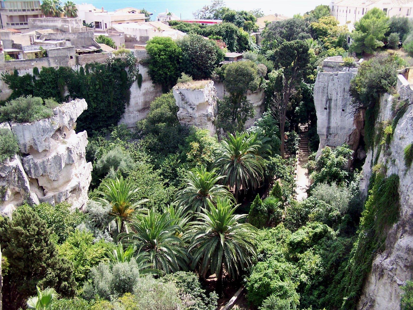 Latomie scavate nella roccia con orto botanico a Siracusa, Sicilia