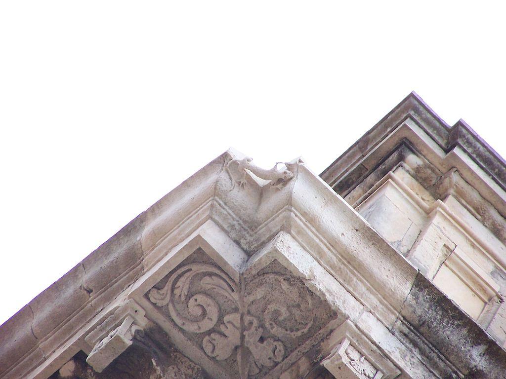 lucertola scolpita in pietra in un angolo del palazzo Vermexio di Siracusa, firma dell'architetto