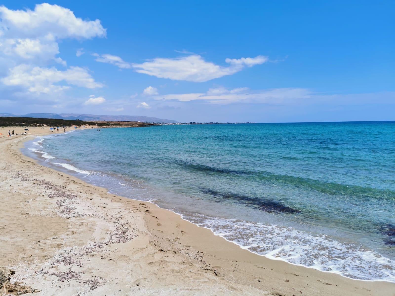 spiaggia e mare azzurro trasparente della sicilia