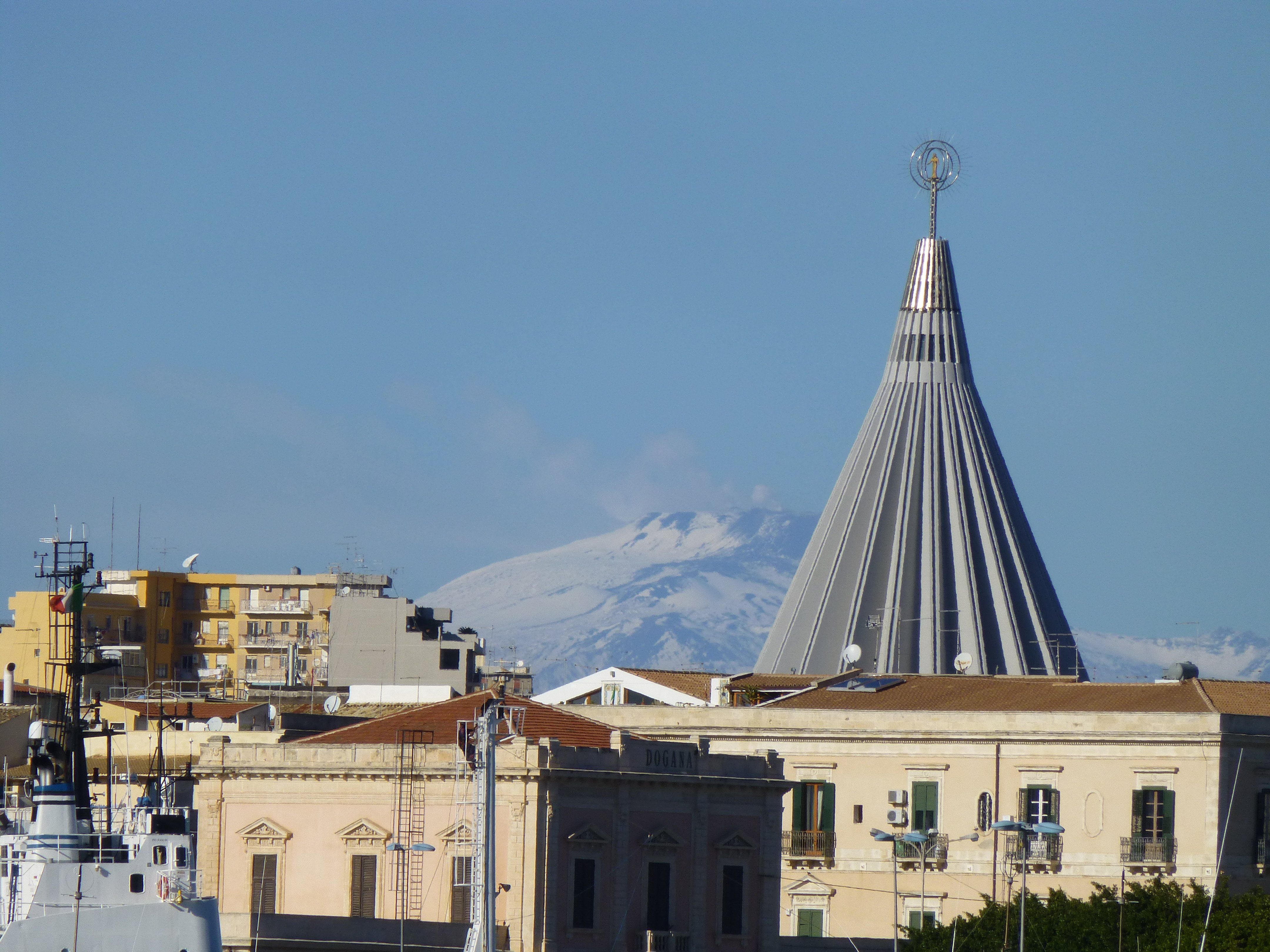 santuario madonna delle lacrime a siracusa con la vista dell'Etna