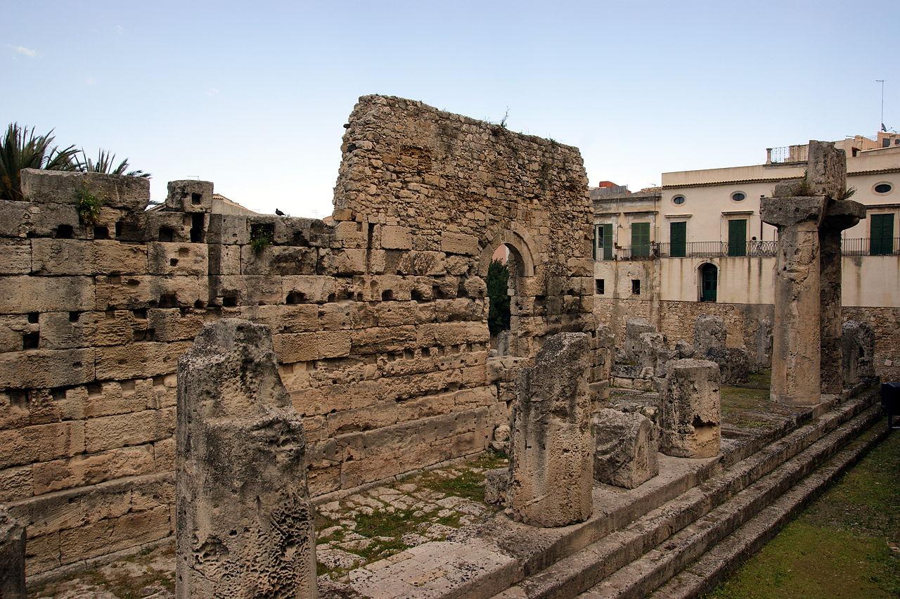 colonne e basamento del tempio greco più antico della Sicilia a Siracusa