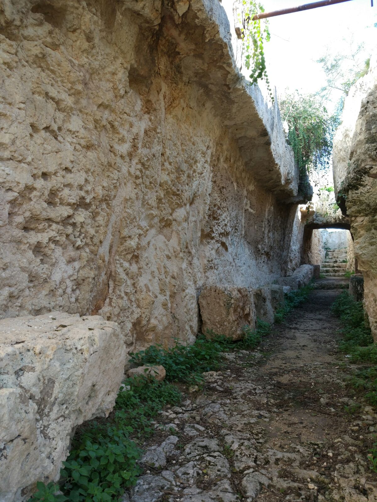 castello eurialo scorcio di un passaggio scavato nella roccia
