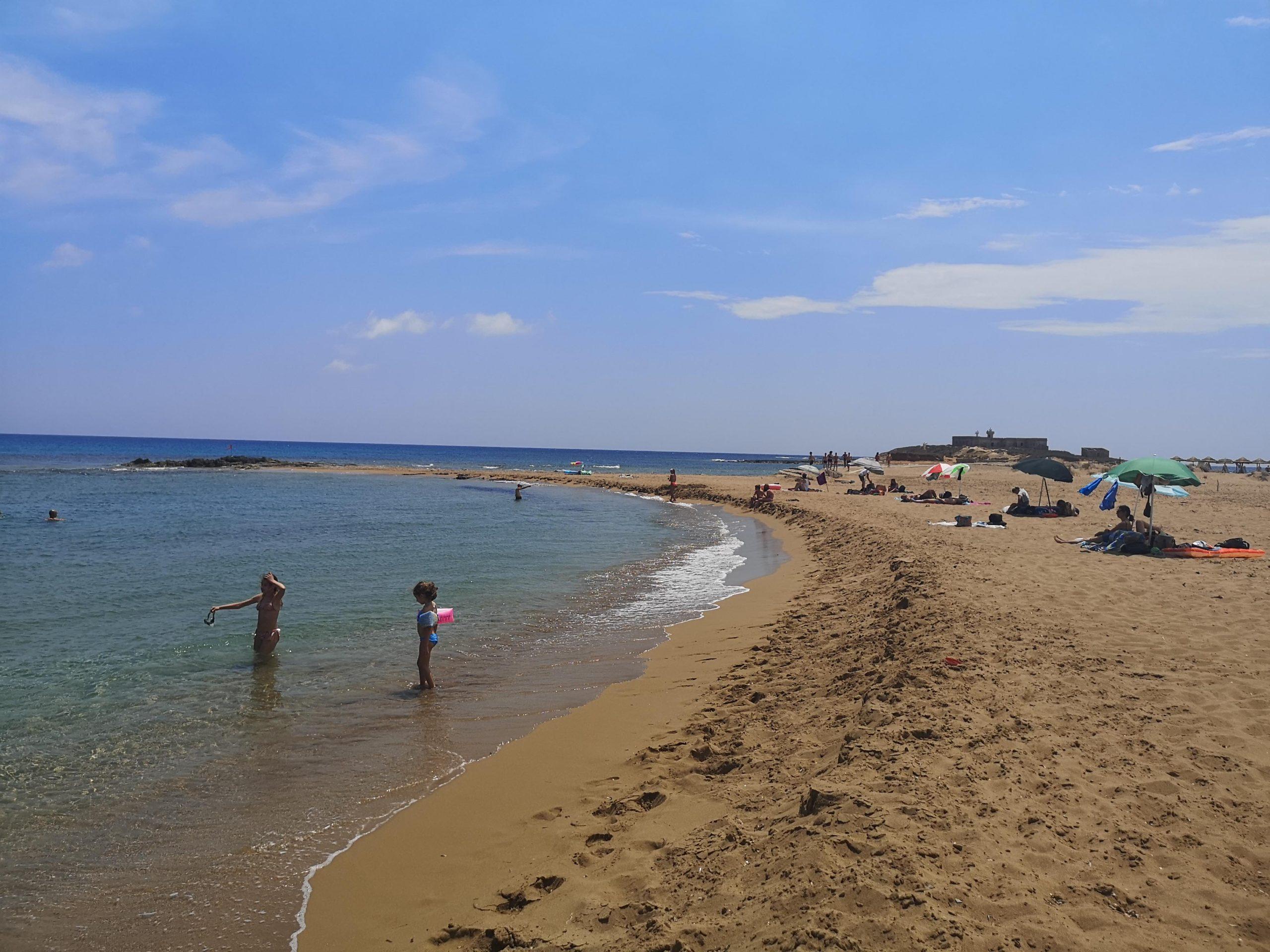 spiaggia di isola delle correnti con mare calmo e cristallino