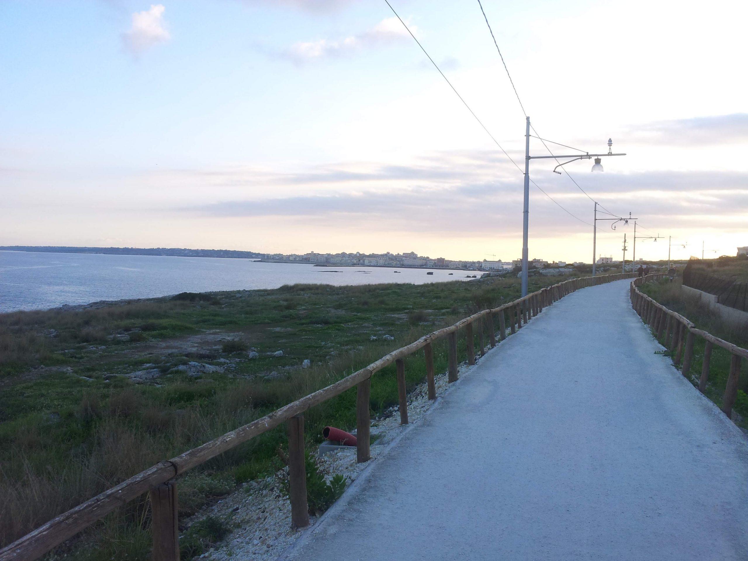 percorso sterrato della pista ciclabile Siracusa con vista mare