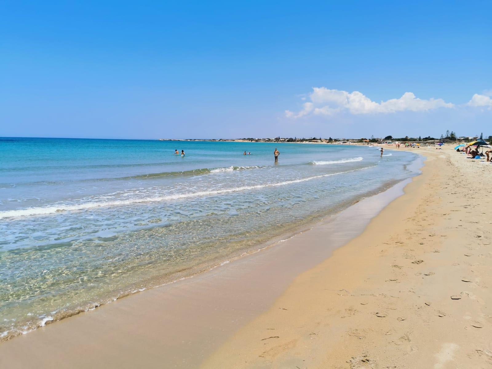 spiaggia e mare azzurro trasparente della Sicilia del sud