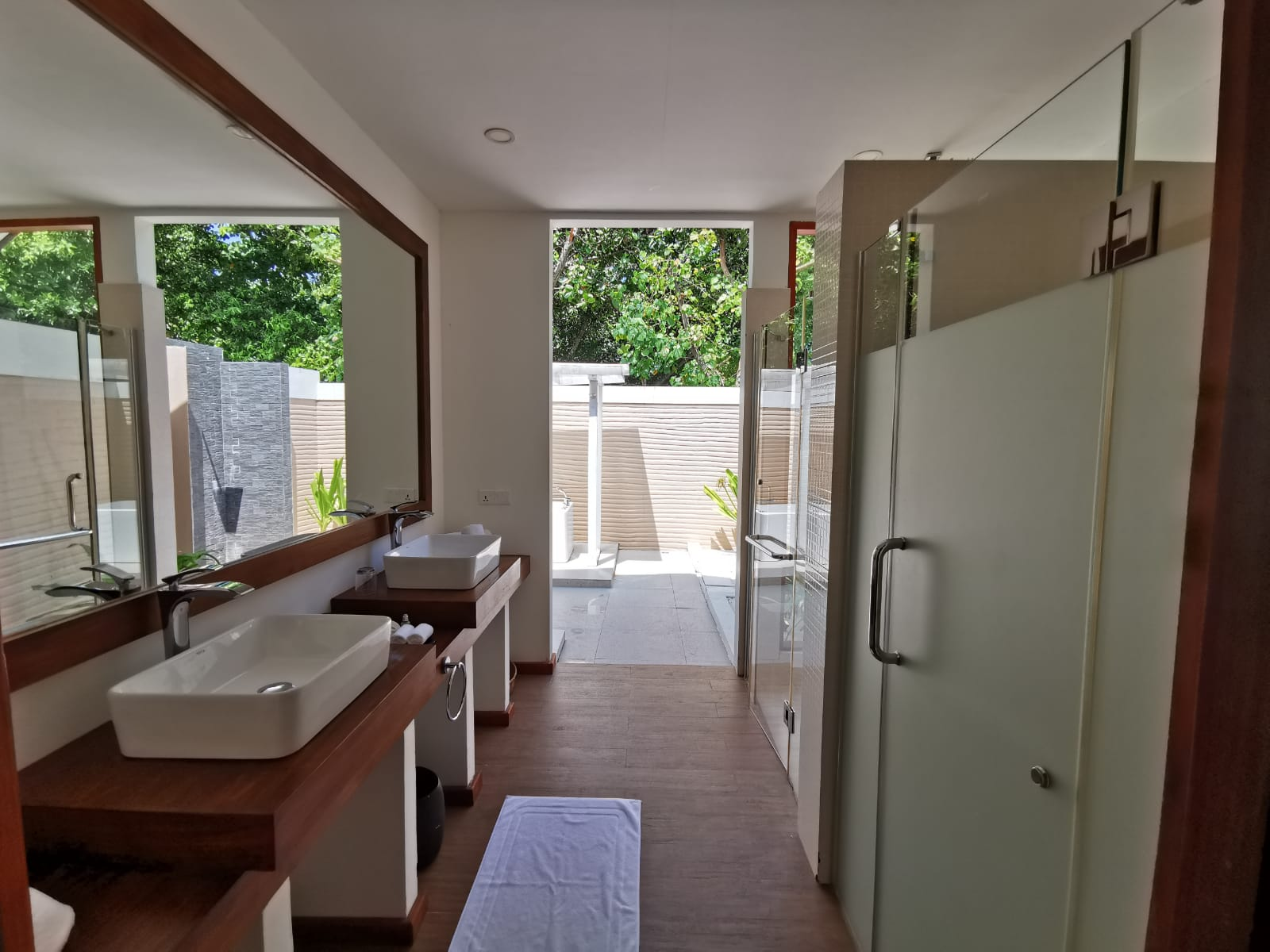 Beach_villa_kudafushi_bathroom