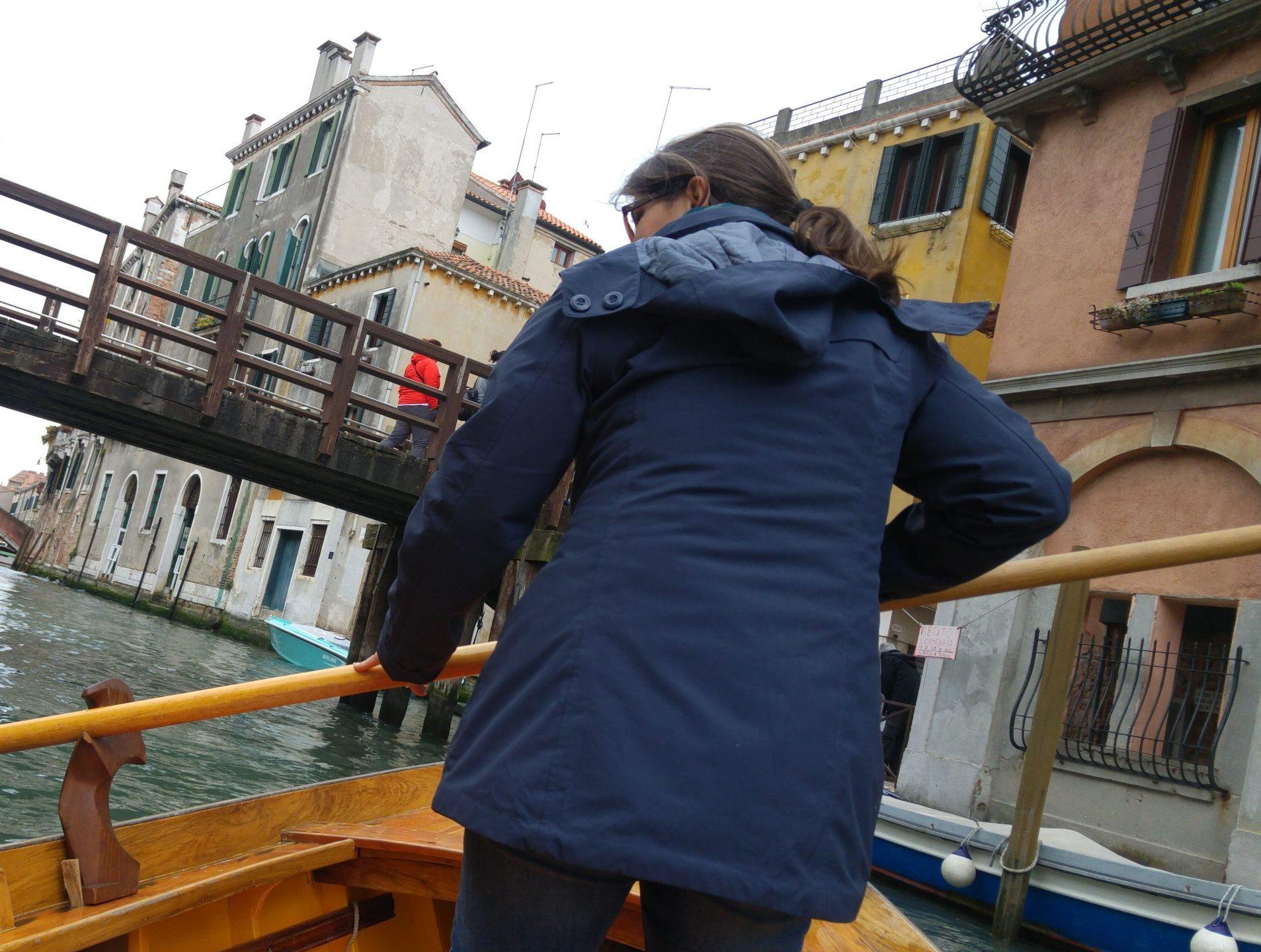 vogare in gondola a Venezia tra i canali