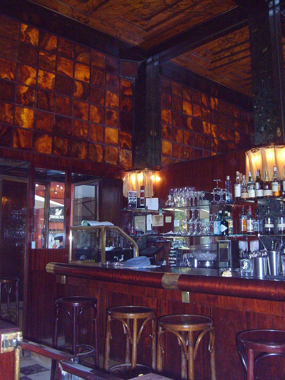 Interno del Loos America Bar a Vienna, bancone del bar in legno e onice
