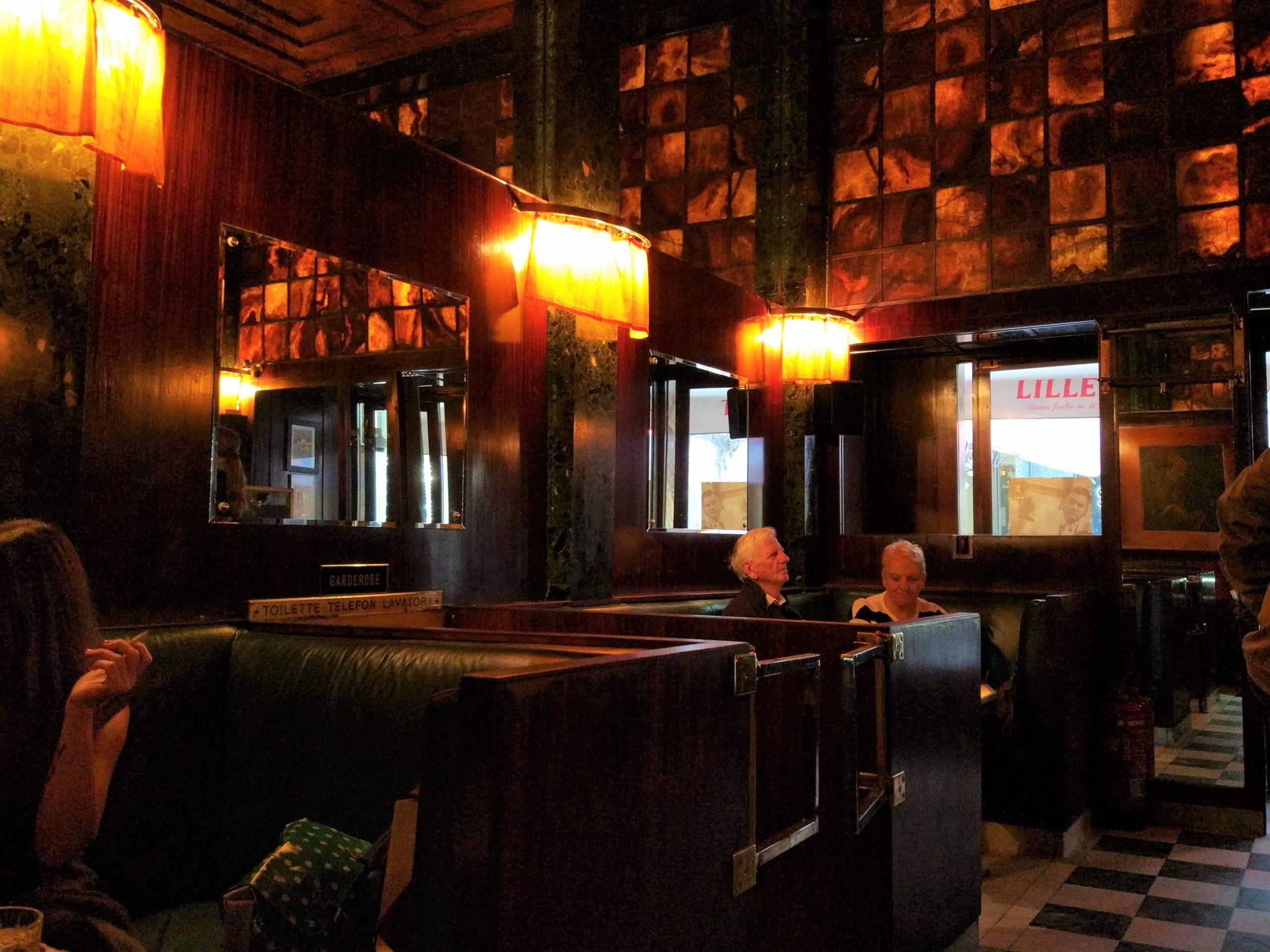 Interno con luci soffuse del Loos American Bar del 1907 a Vienna