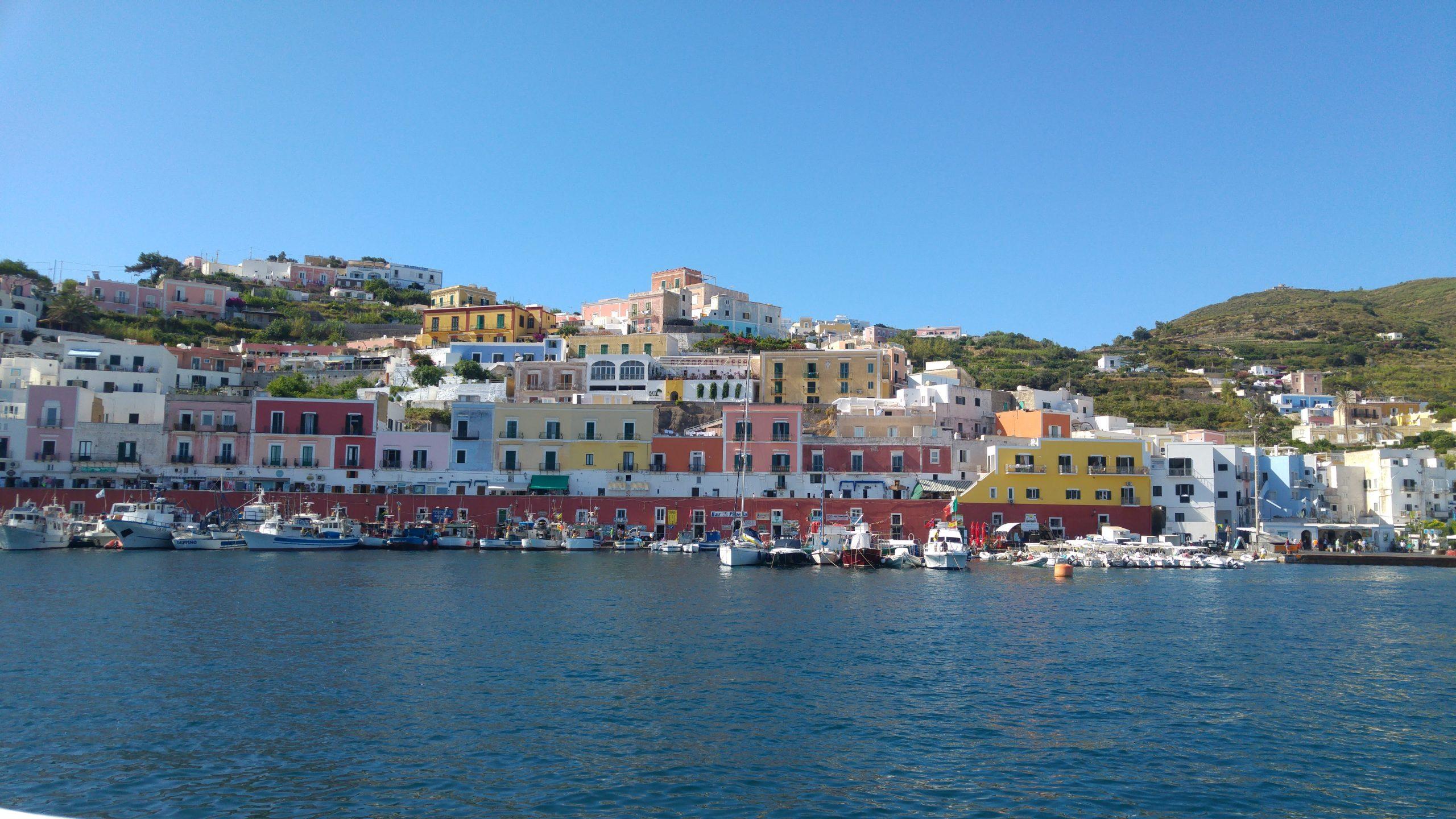 Porto dell'isola di Ponza e case colorate sul mare