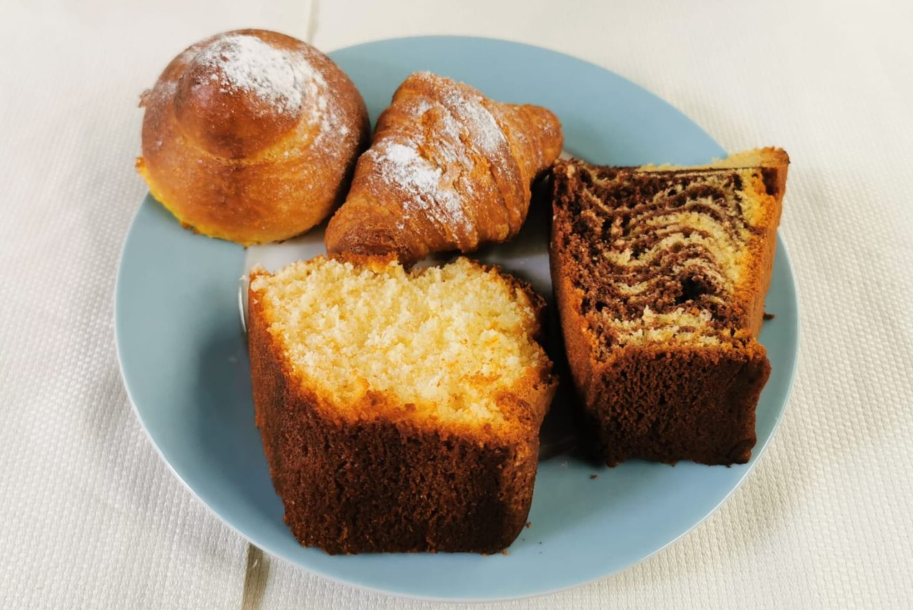 Brioches e torte per la colazione fatte in casa nell hotel Feola di Ponza