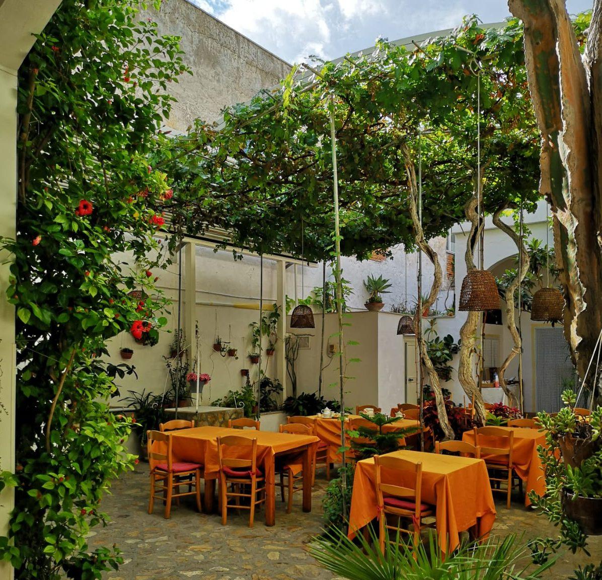 Cortile interno giardino dell'Hotel Feola a Ponza