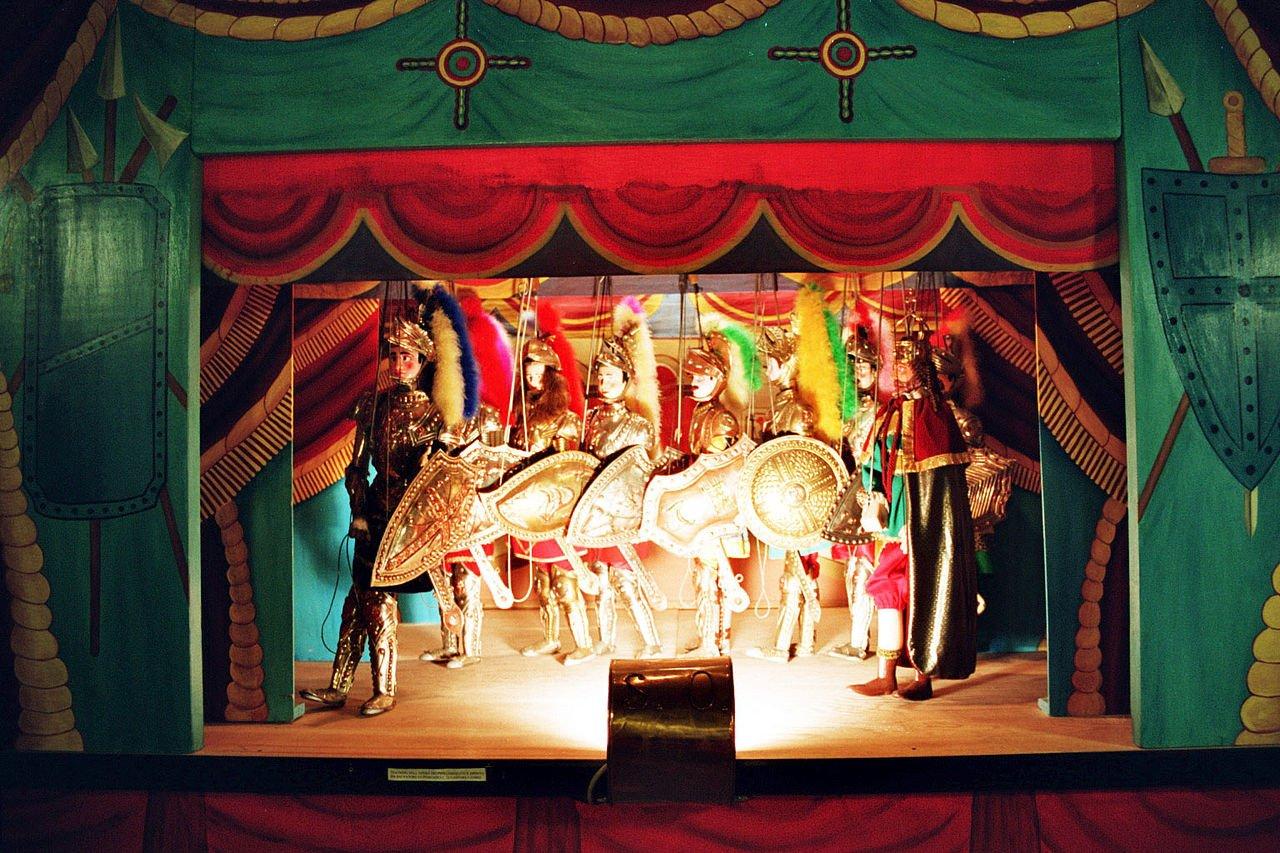 Teatro dei pupi di Alcamo, sipario rosso e paladini