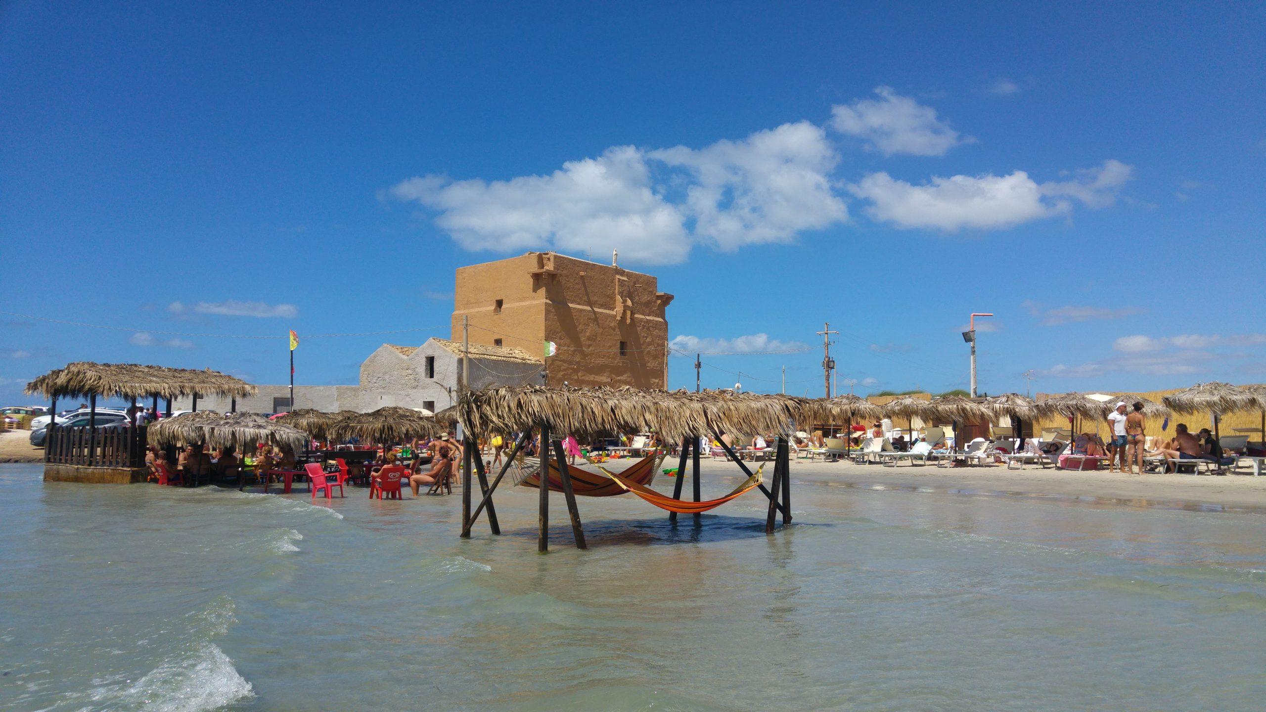Lido di San Teodoro a Trapani, con le amache ed i tavolini in mezzo al mare