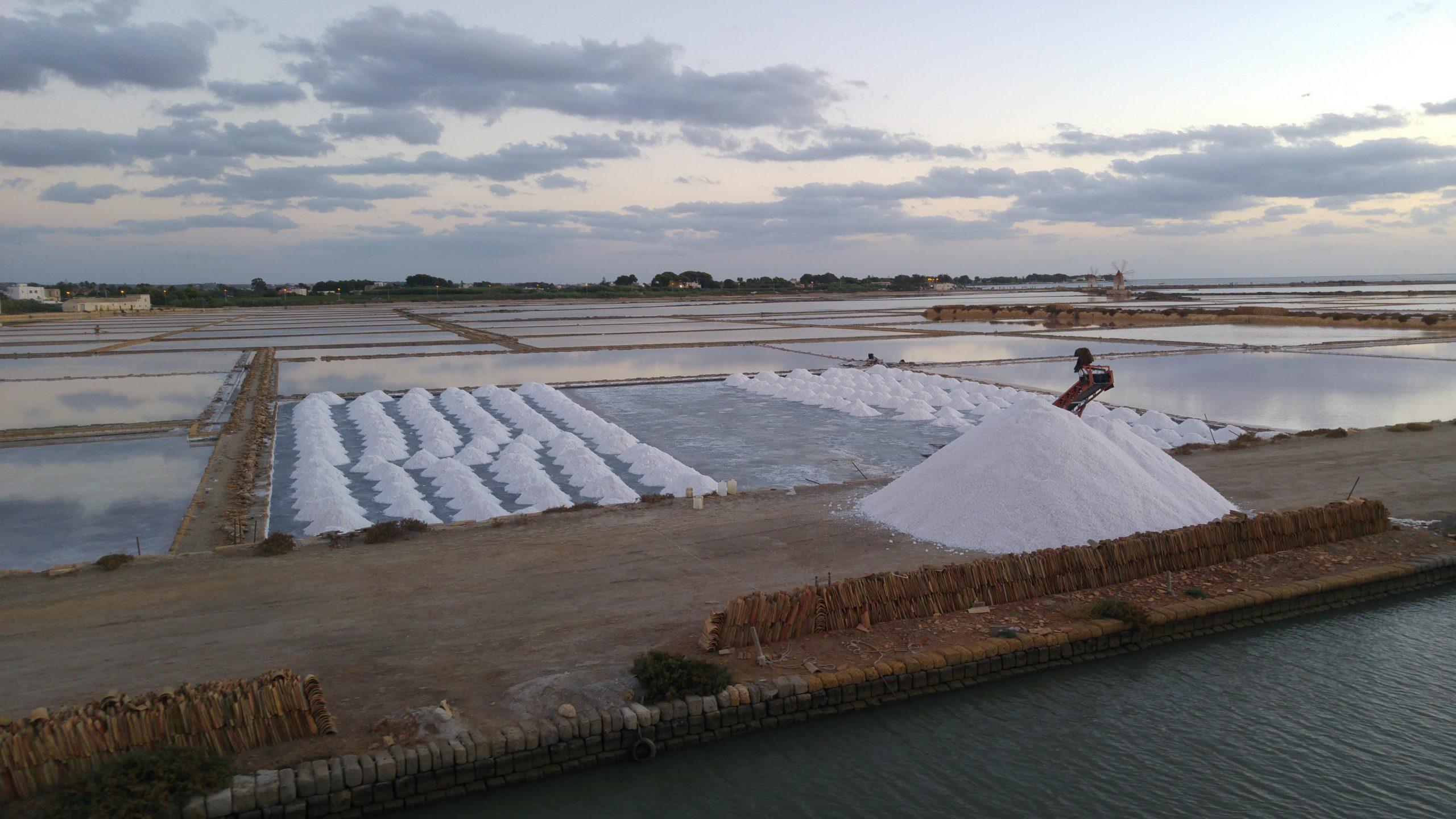 Vasche delle saline di Trapani con cumuli di sale raccolto