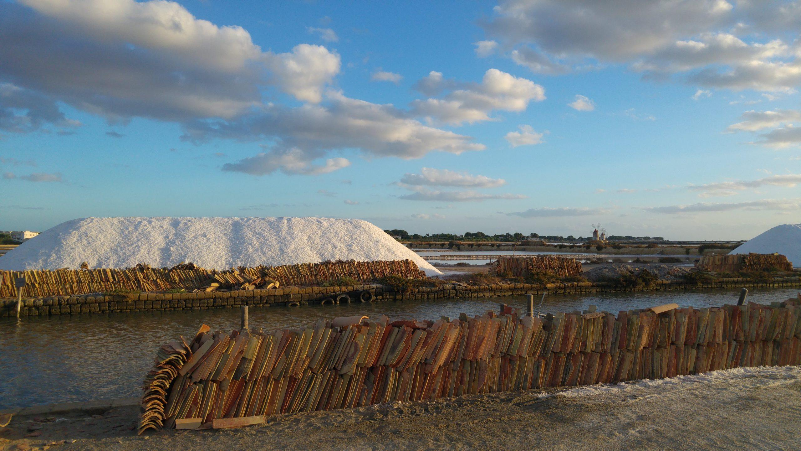 Cumuli di sale con coppi per la loro protezione alle saline di Trapani