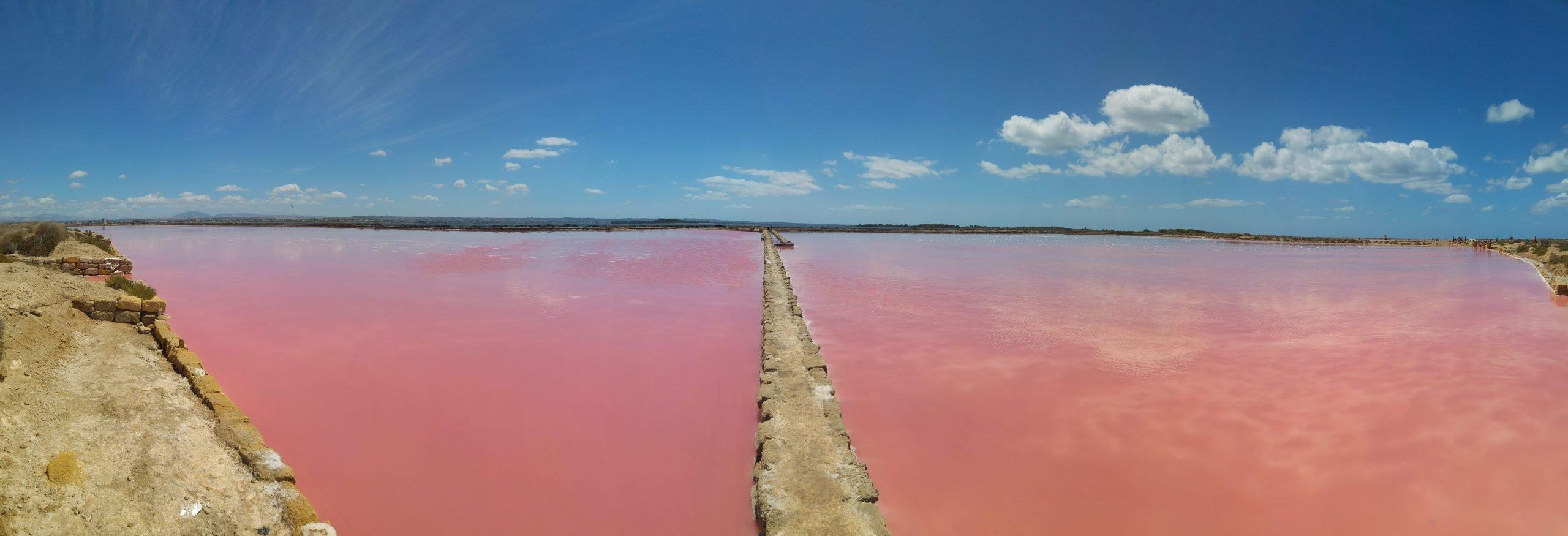 Vasche di sale con acqua rosa a Marsala