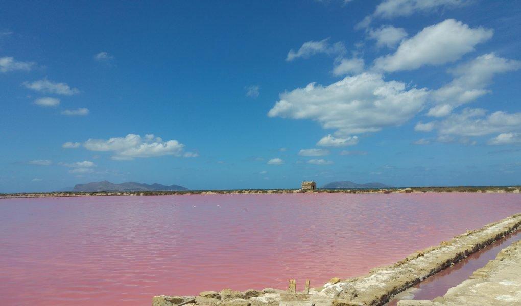 Saline rosa di Marsala con muretti e cielo azzurro