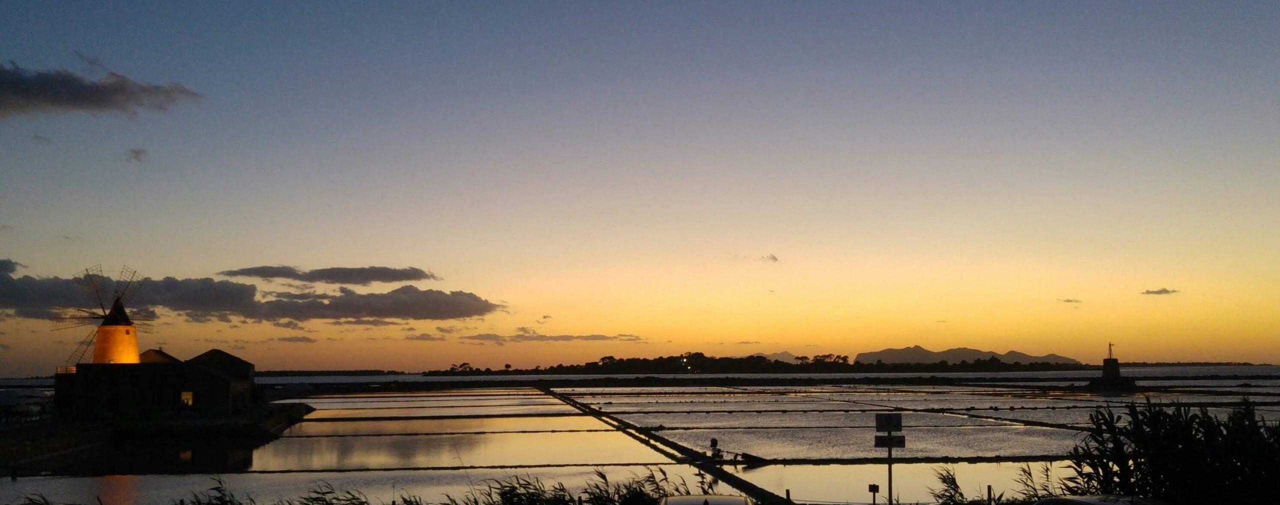Il sole tramonta sulle vasche delle saline di Trapani