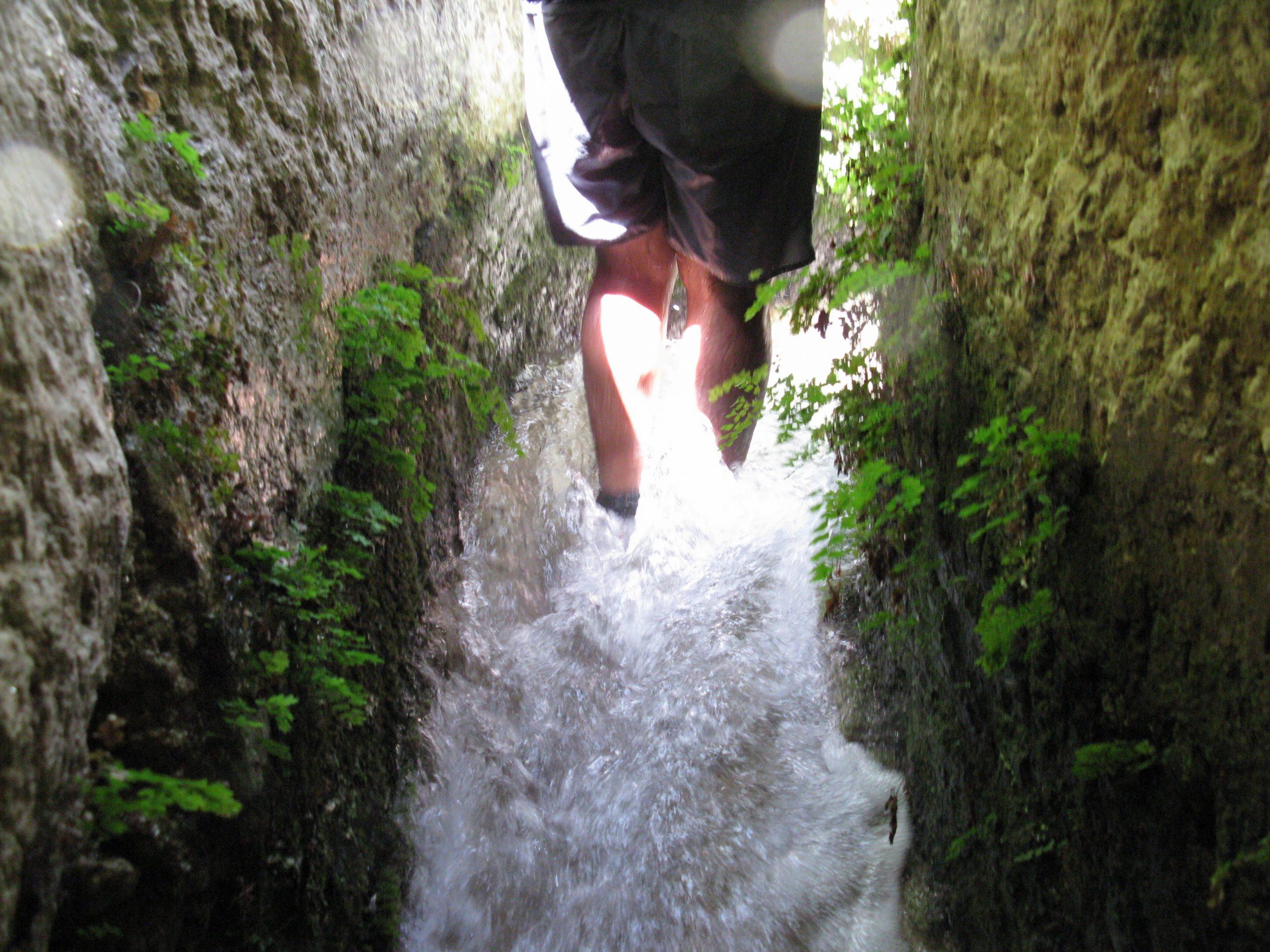 passeggiando dentro un antico acquedotto greco
