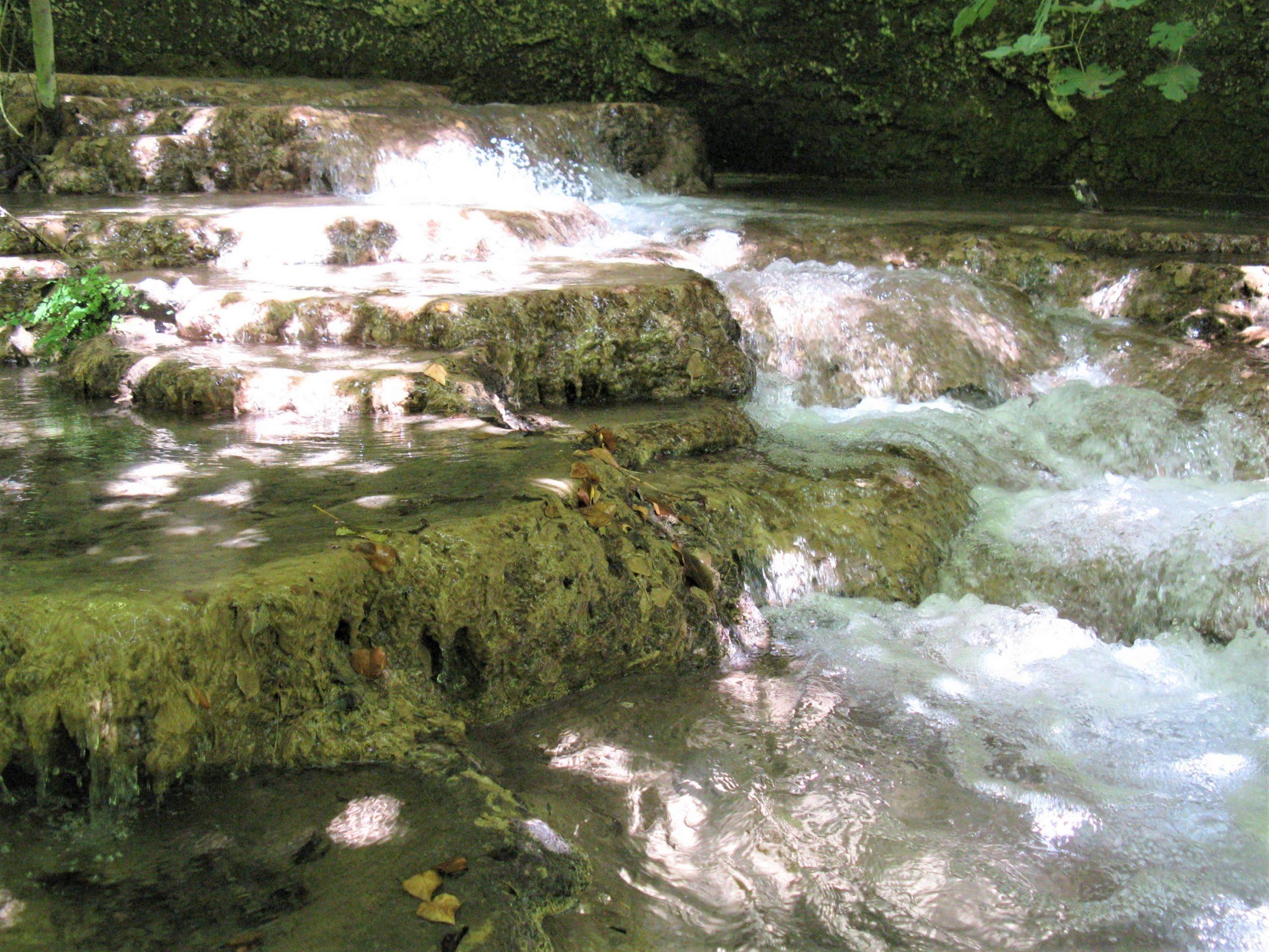 cascate e formazioni calcareee nel fiume calcinara