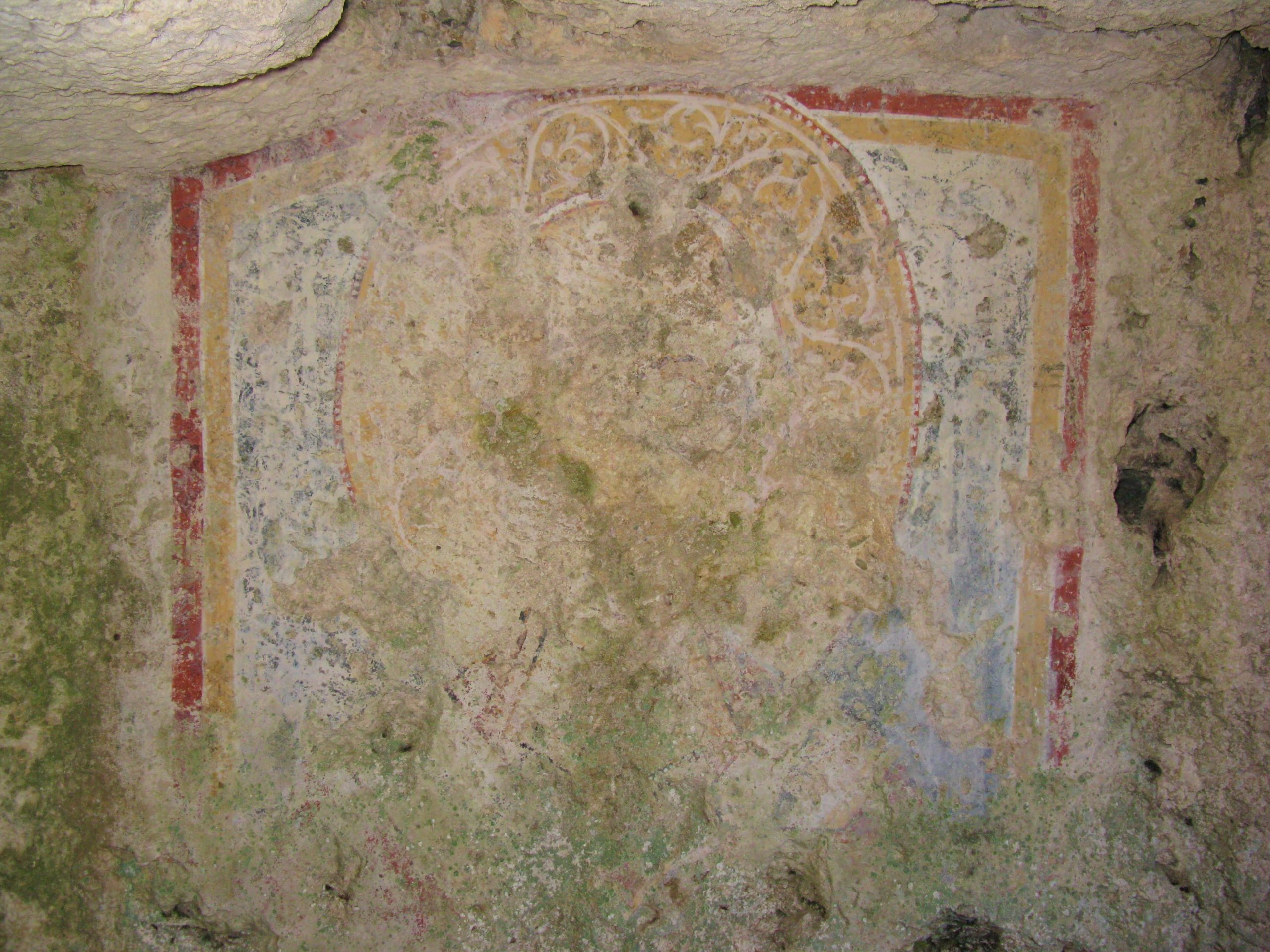 dipinto di un santo su una parete di roccia in una chiesa rupestre a pantalica