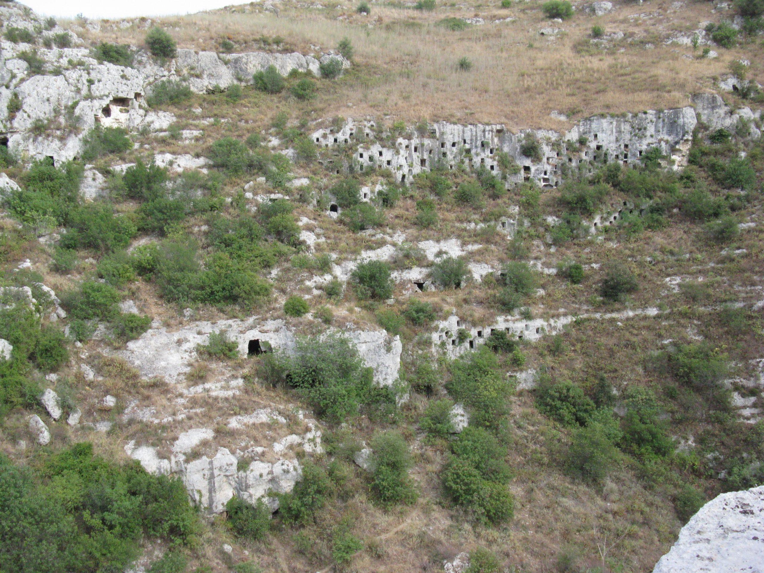 pareti a groviera, con molte grotte scavate, a pantalica