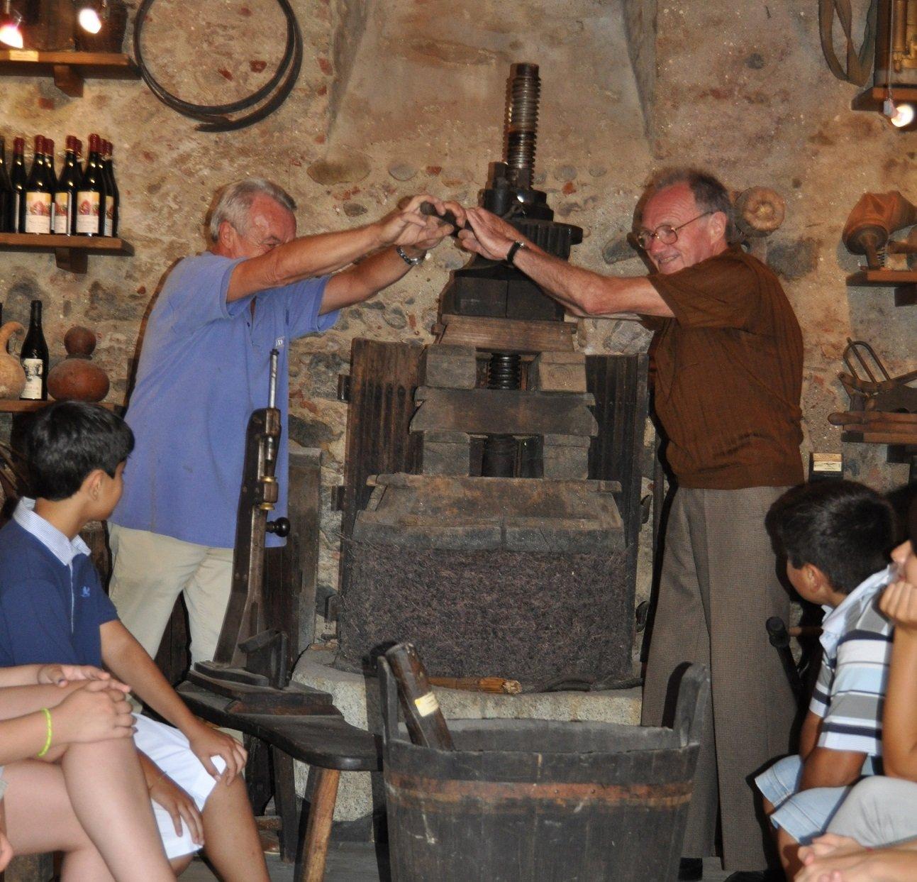 torchio antico azionato per la spremitura degli acini di vino