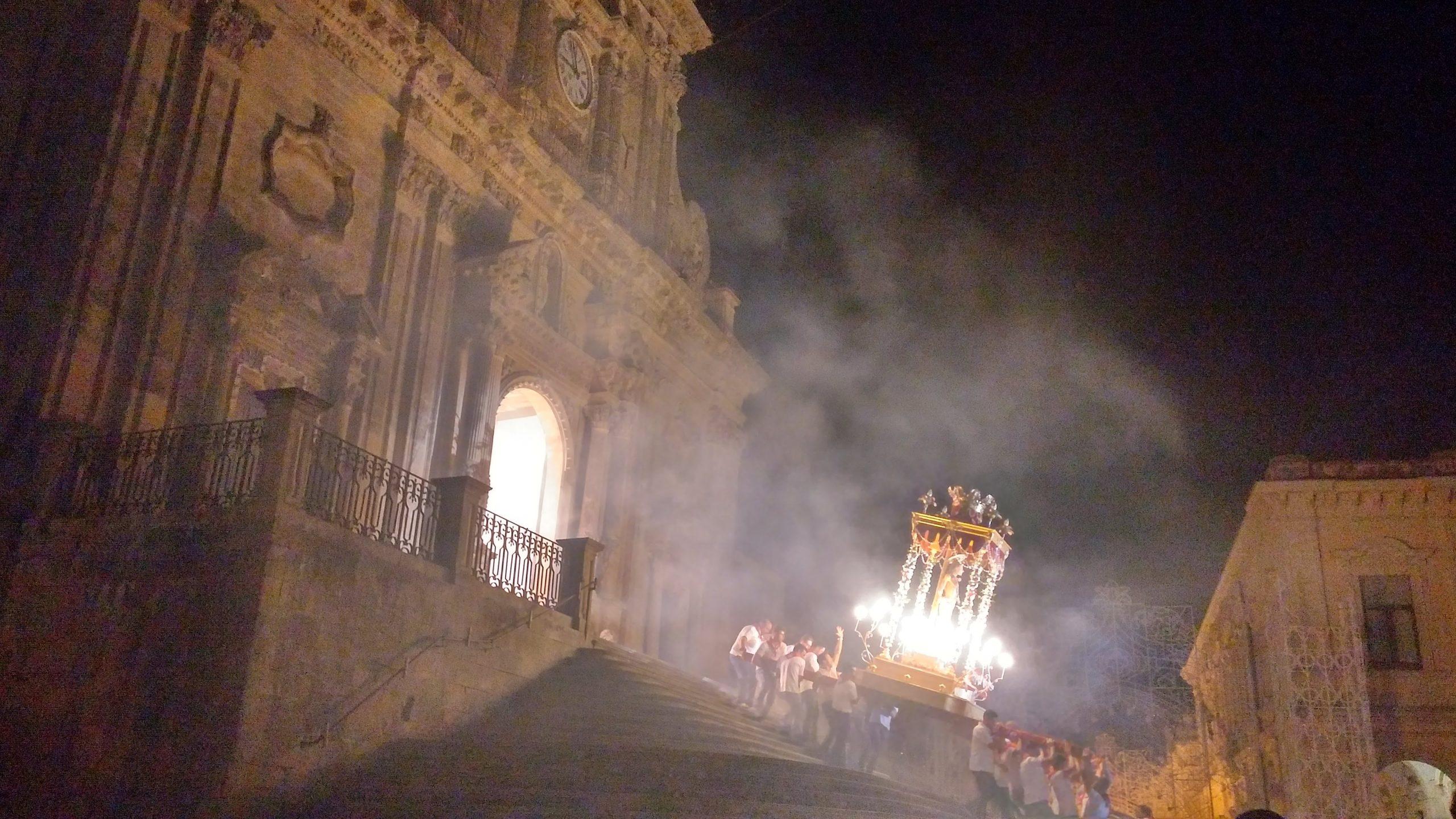 Statua di Sana Sebastiano portata a spalla dai devoti verso la chiesa la sera