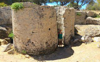 rocchi delle colonne appena scavati nella roccia