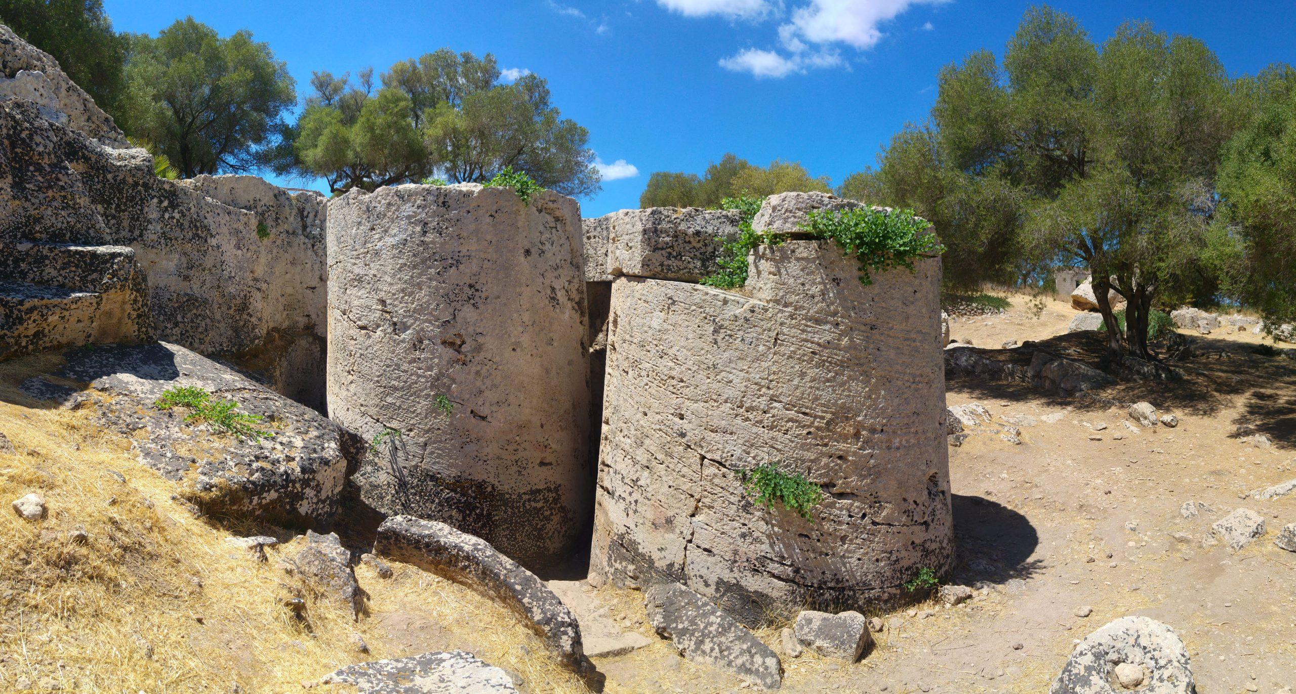 pezzi di colonna greca appena estratti dalle roccie