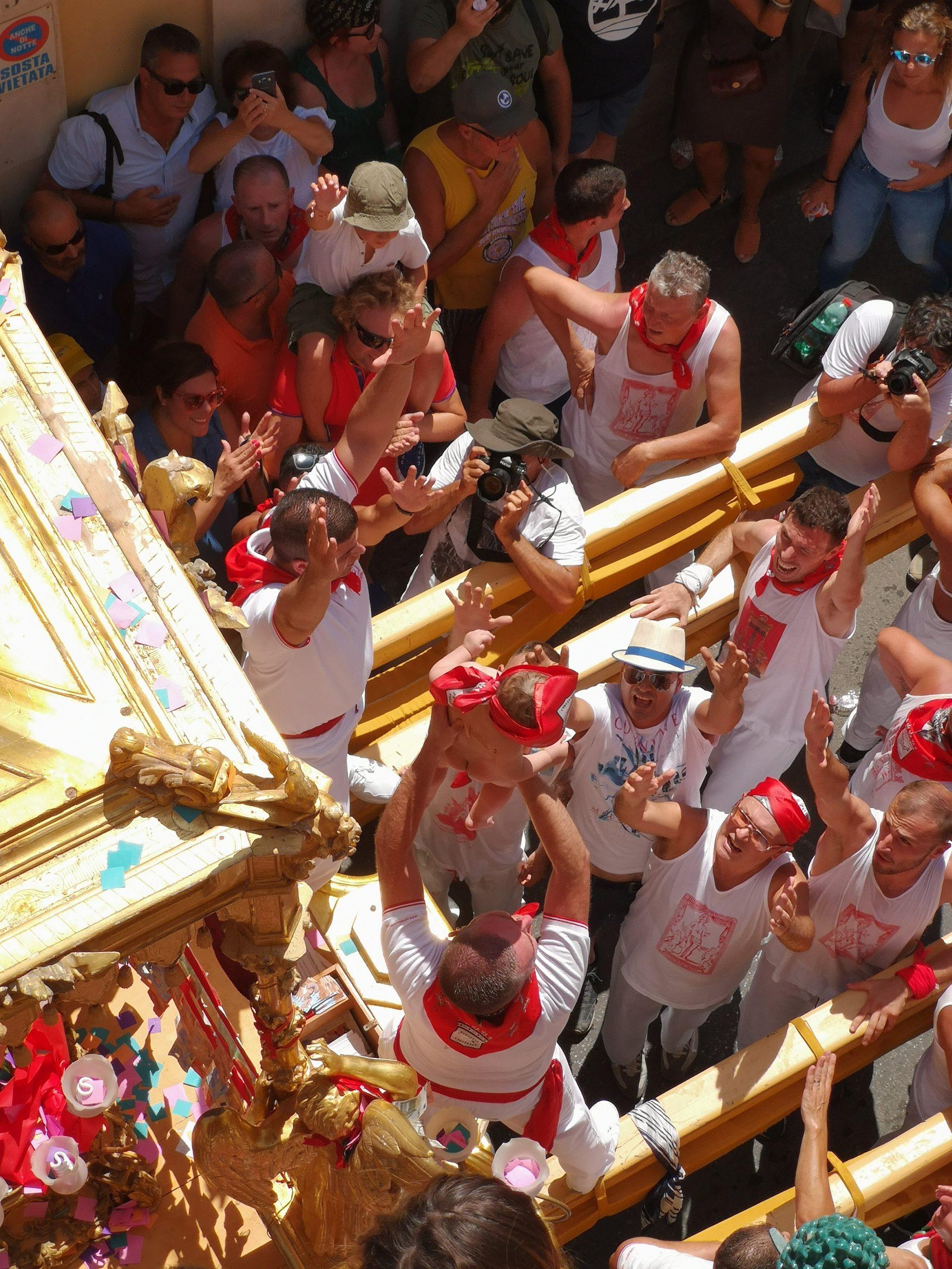 Bambini nudi offerti al Santo durante la processione di San Sebastiano