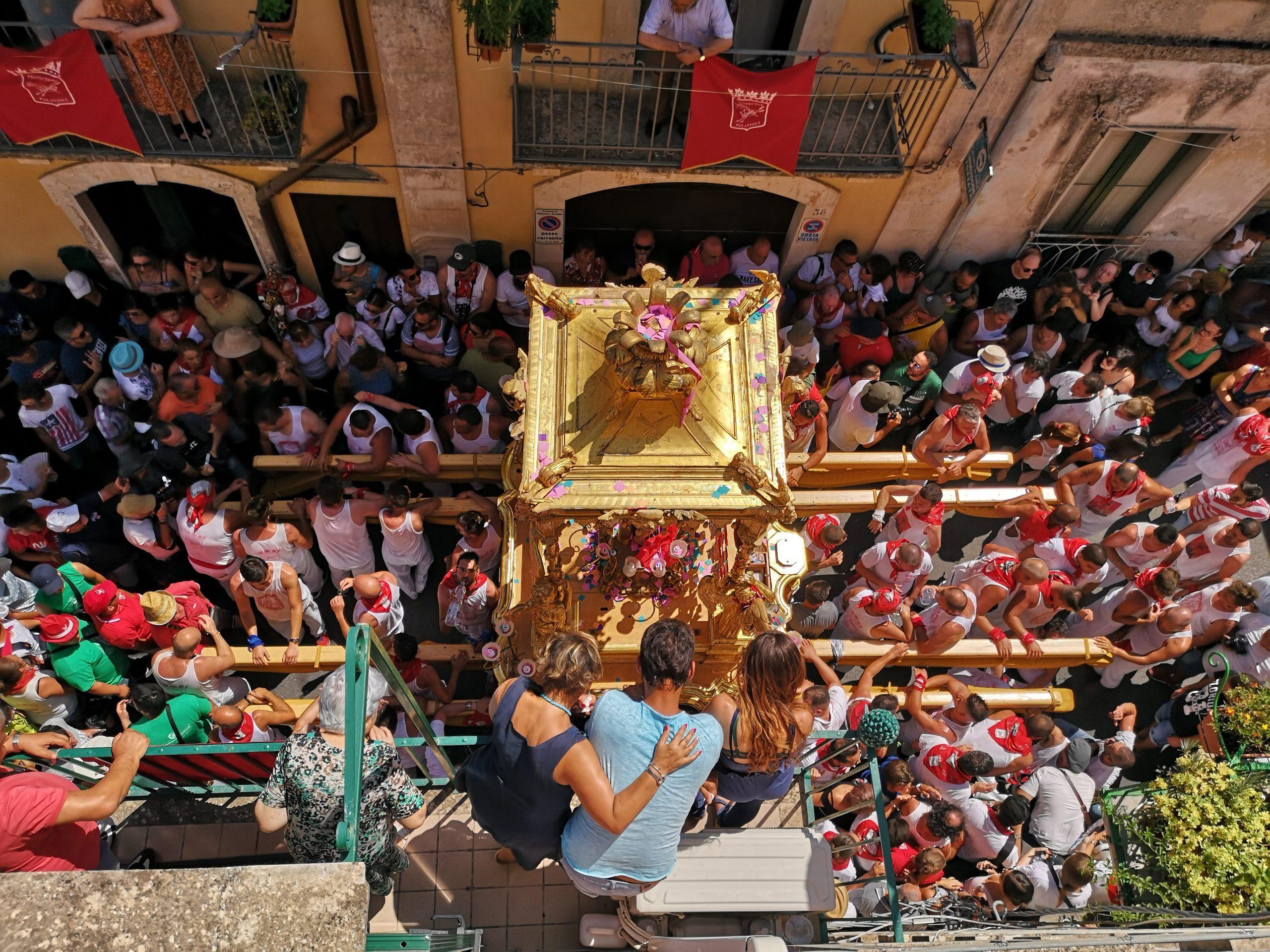statua di san sebastiano portata a spalla dai devoti