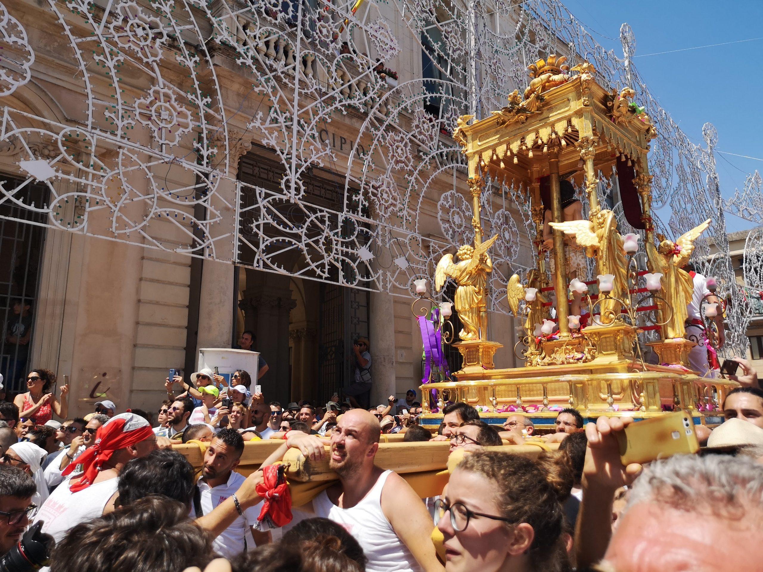 Simulacro dorato di San Sebastiano portato a spalla dai fedeli durante la processione