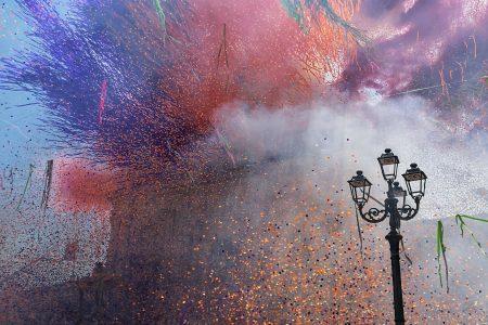 strisce di carta colorate sparante davanti alla chiesa durante la festa a Palazzolo Acreide