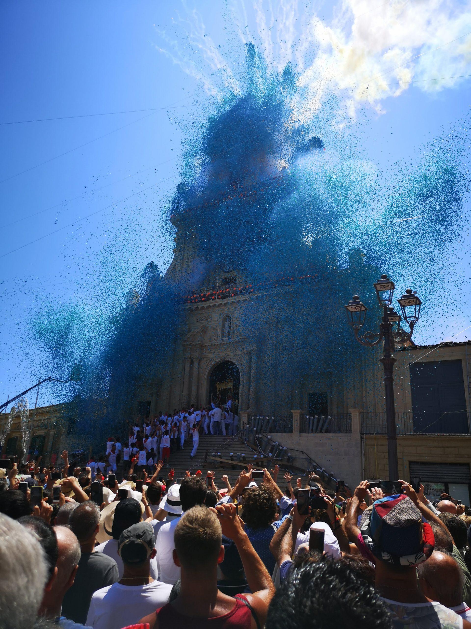coriandoli sparati davanti la chiesa per i festeggiamenti per la festa di palazzolo acreide di san sebastiano