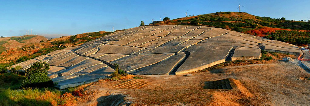 L'enorme sudario di cemento che ricopre i ruderi della città di Gibellina