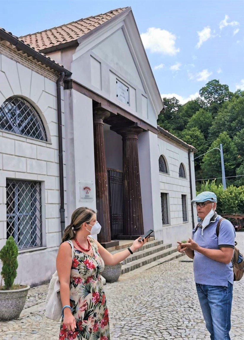 drittoxdritto intervista Danilo Franco davanti al portale di ingresso delle fonderie di Mongiana in Calabria