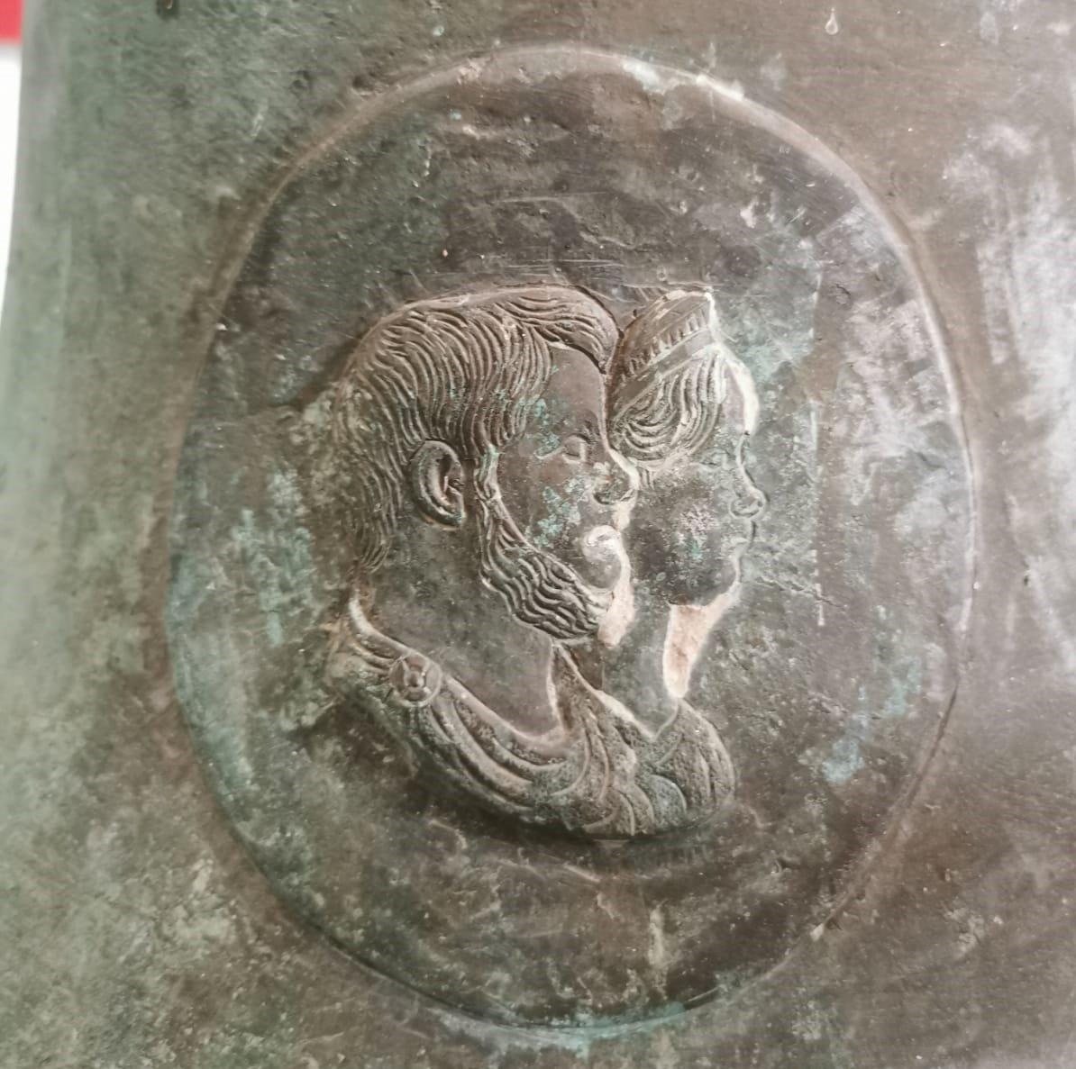 effige reale su una campana in ferro prodotta a Mongiana in Calabria