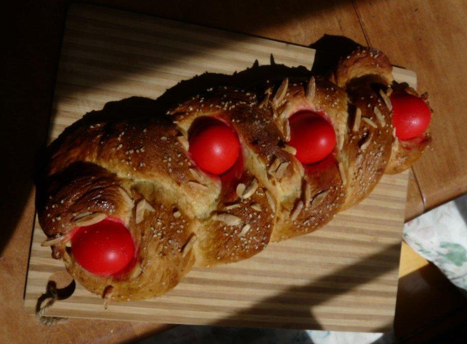 kollira Tsoureki pane con uova rosse