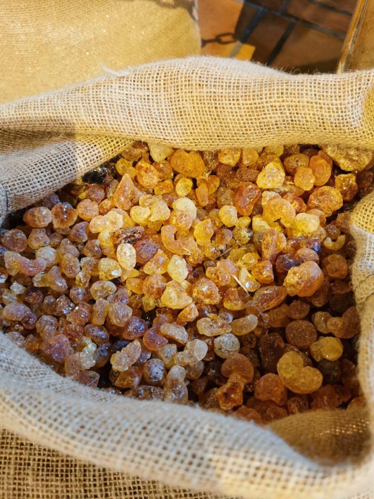 gemme gialle di gomma arabica usata per produrre le caramelle alla liquirizia