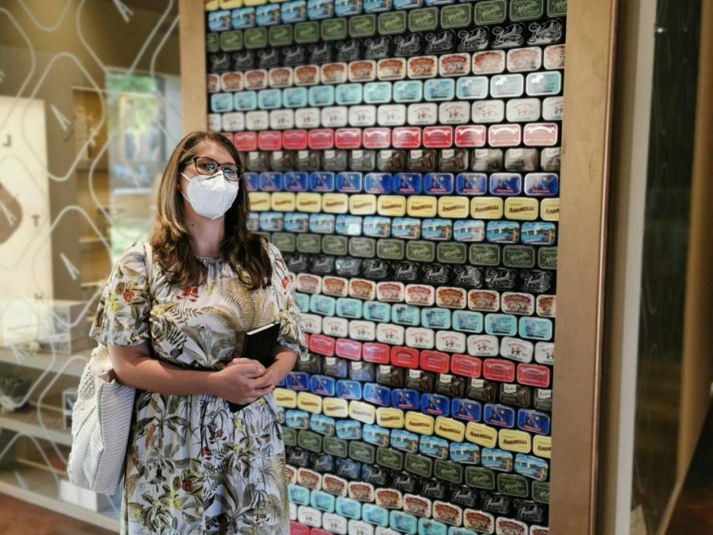 muro composto da scatolette metalliche della liquirizia Amarelli