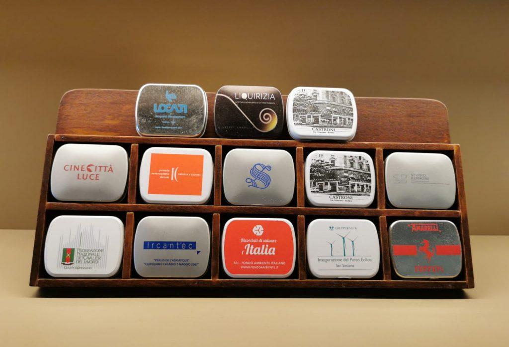 Varie scatolette metalliche colorate della fabbrica Amarelli