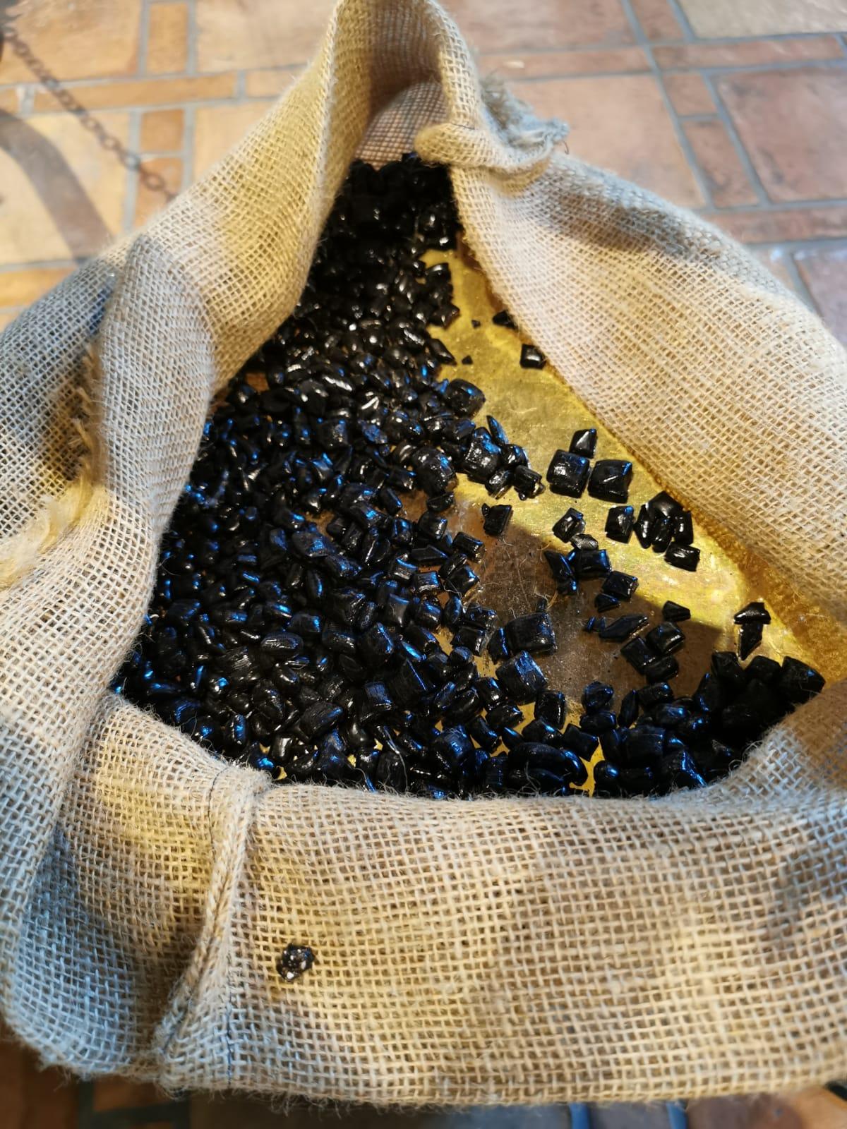 Piccole caramelle nere di liquirizia pura lucide e dalla forma irrogolare
